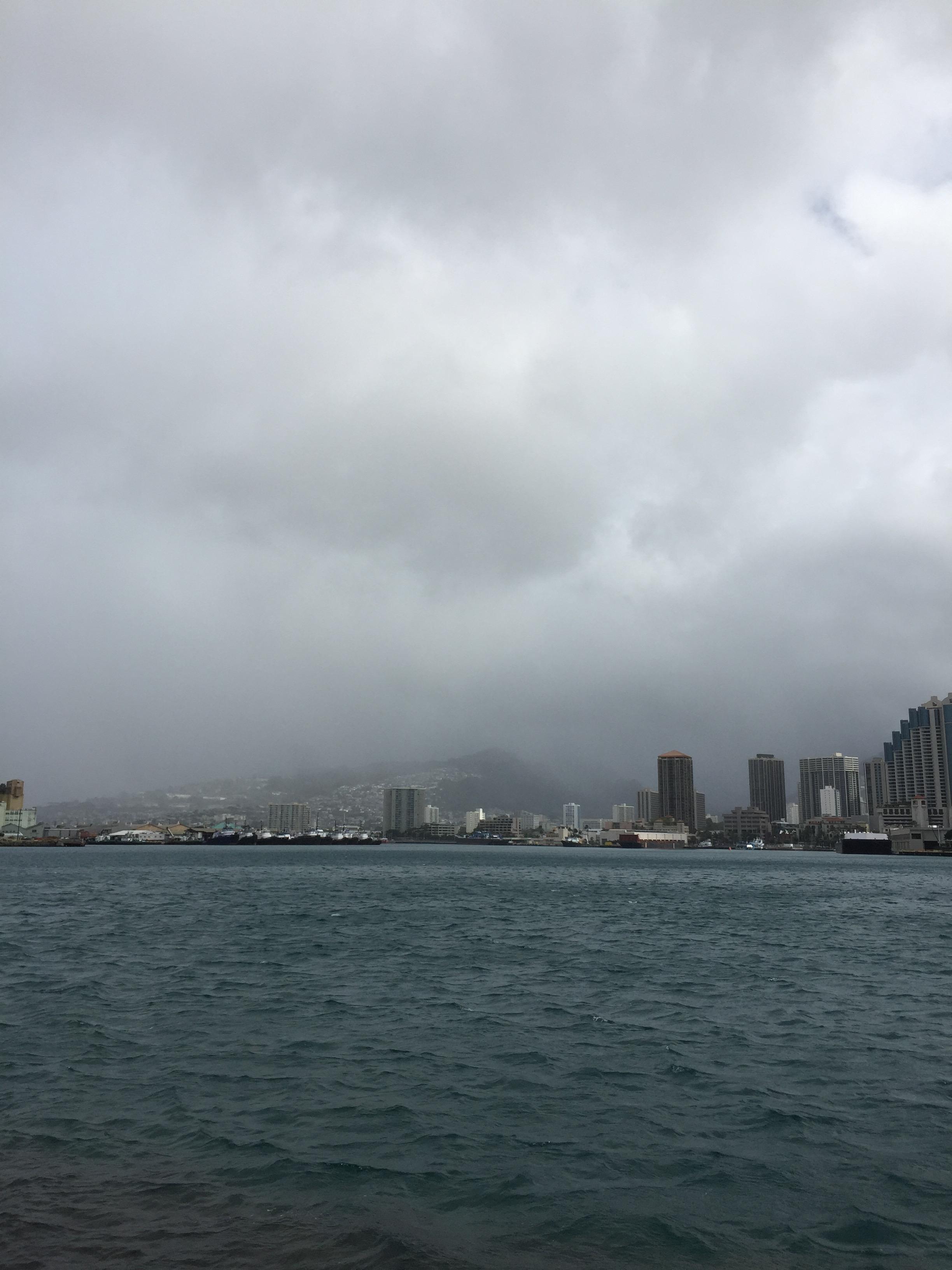サンドアイランドから雨降る山を見る